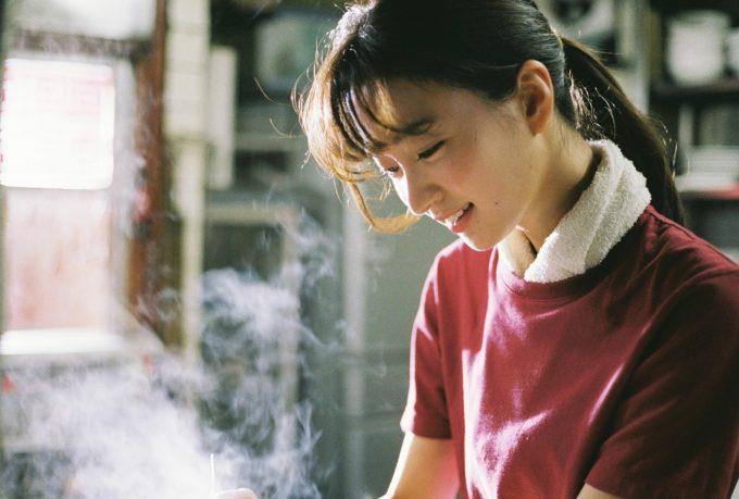 笑顔が魅力的な注目女優・岡崎紗絵がラーメン屋の店主に